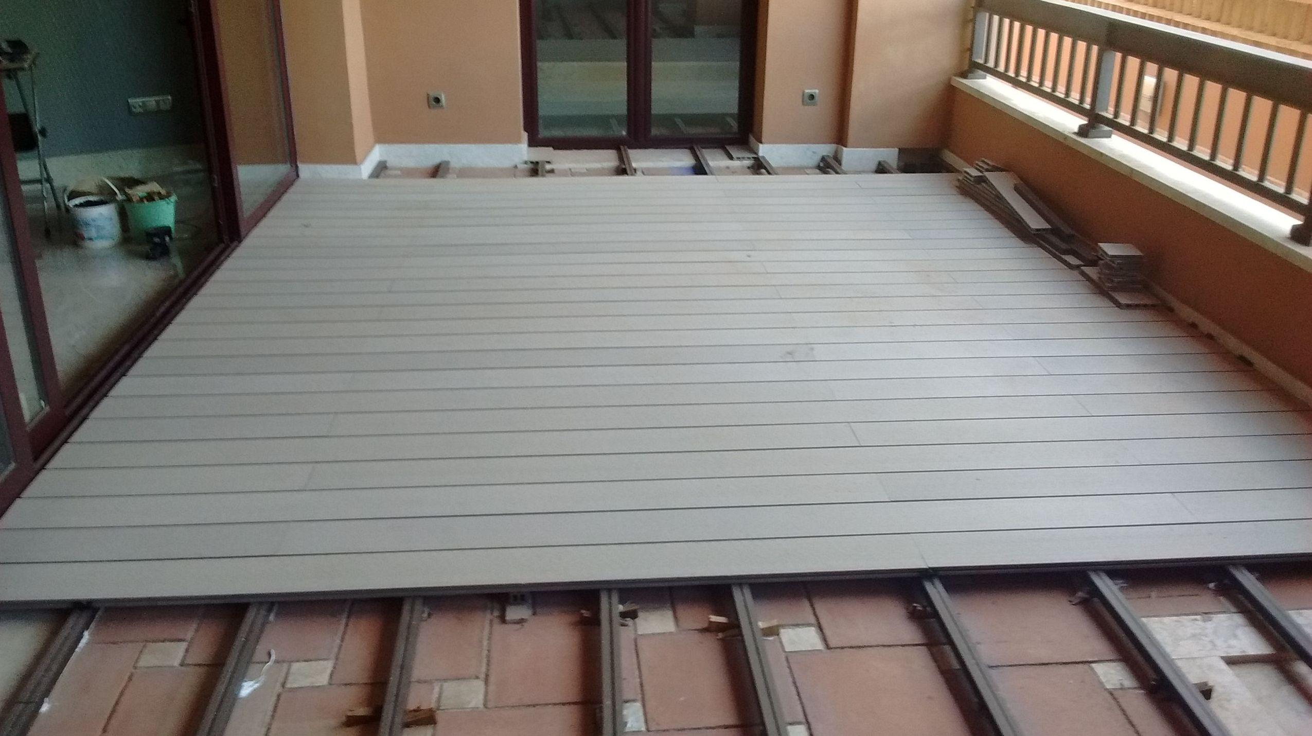 Instalación de tarima de exterior tecnológica de composite