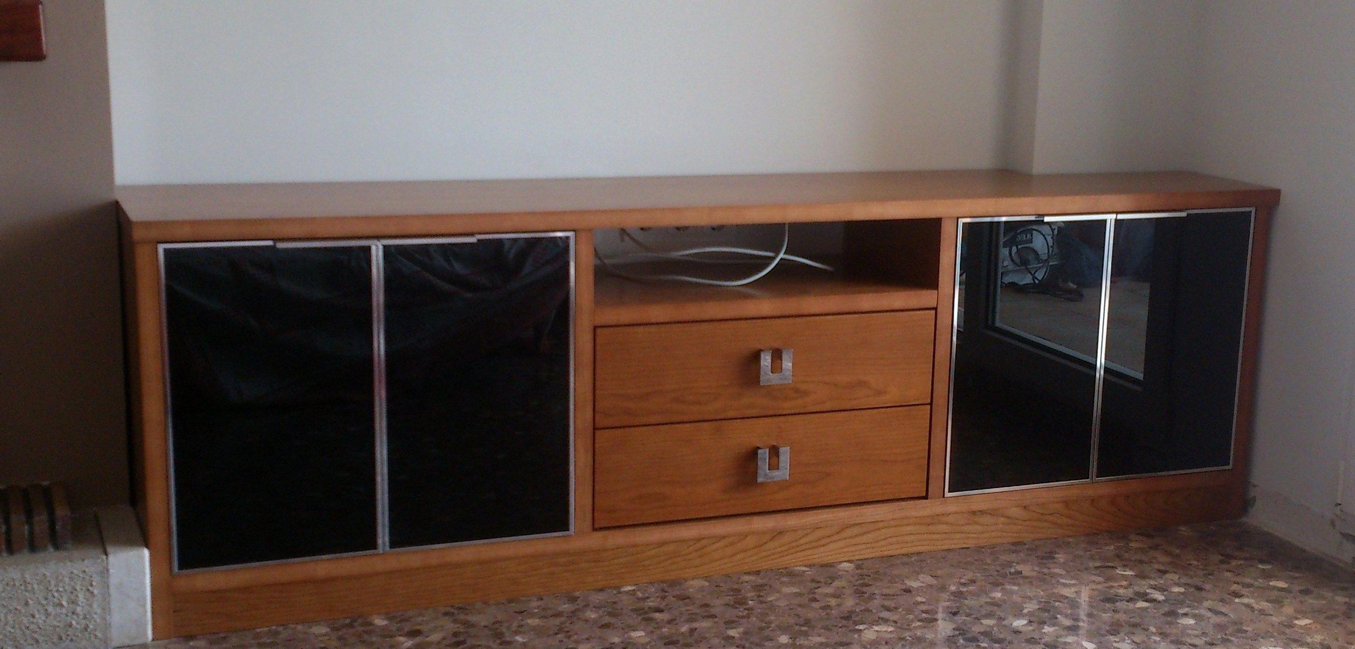 Mueble bajo en Chapa de Cerezo Natural con puertas de cristal Lacobel Negro