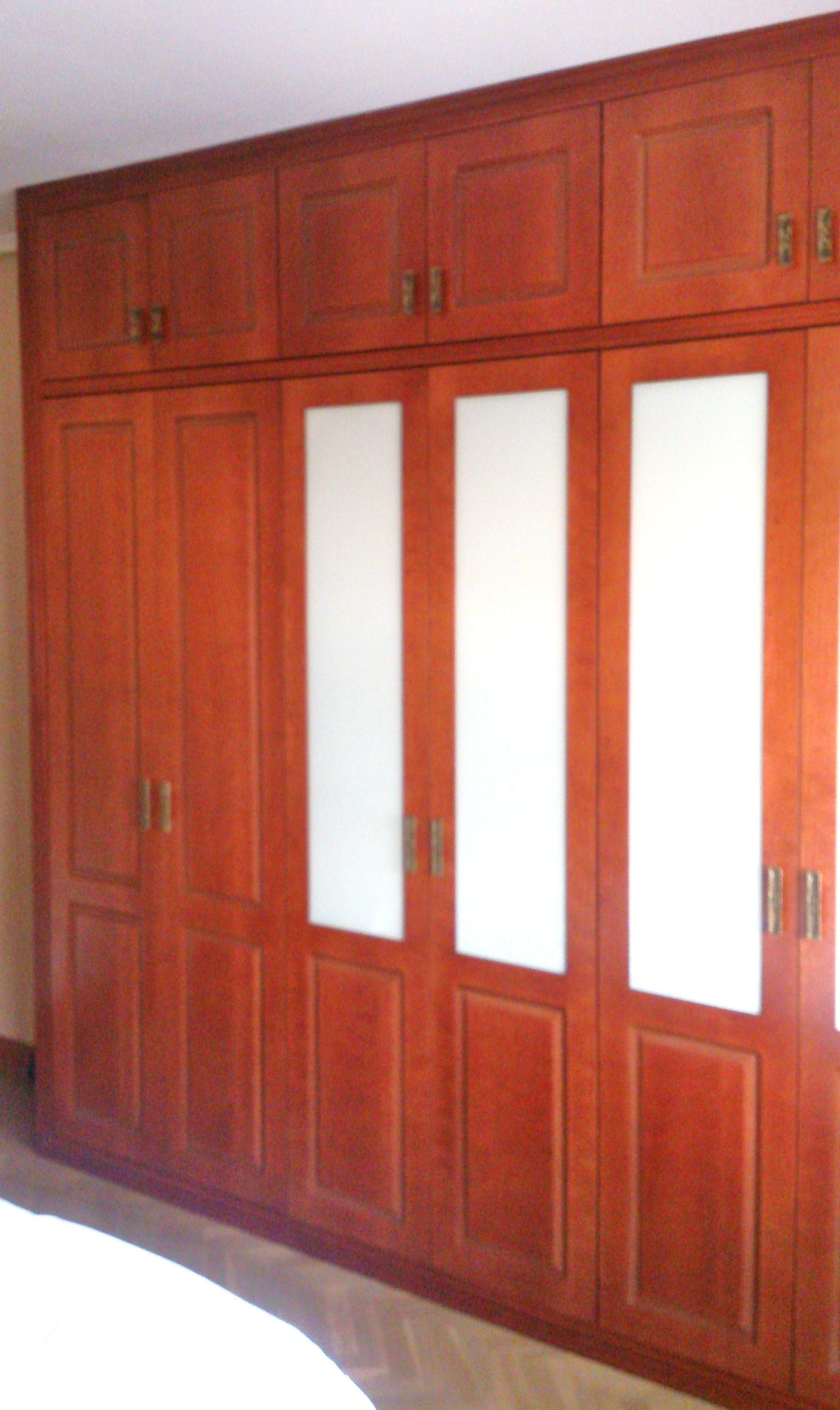 Frente de puertas abatibles pantografiadas en Cerezo.