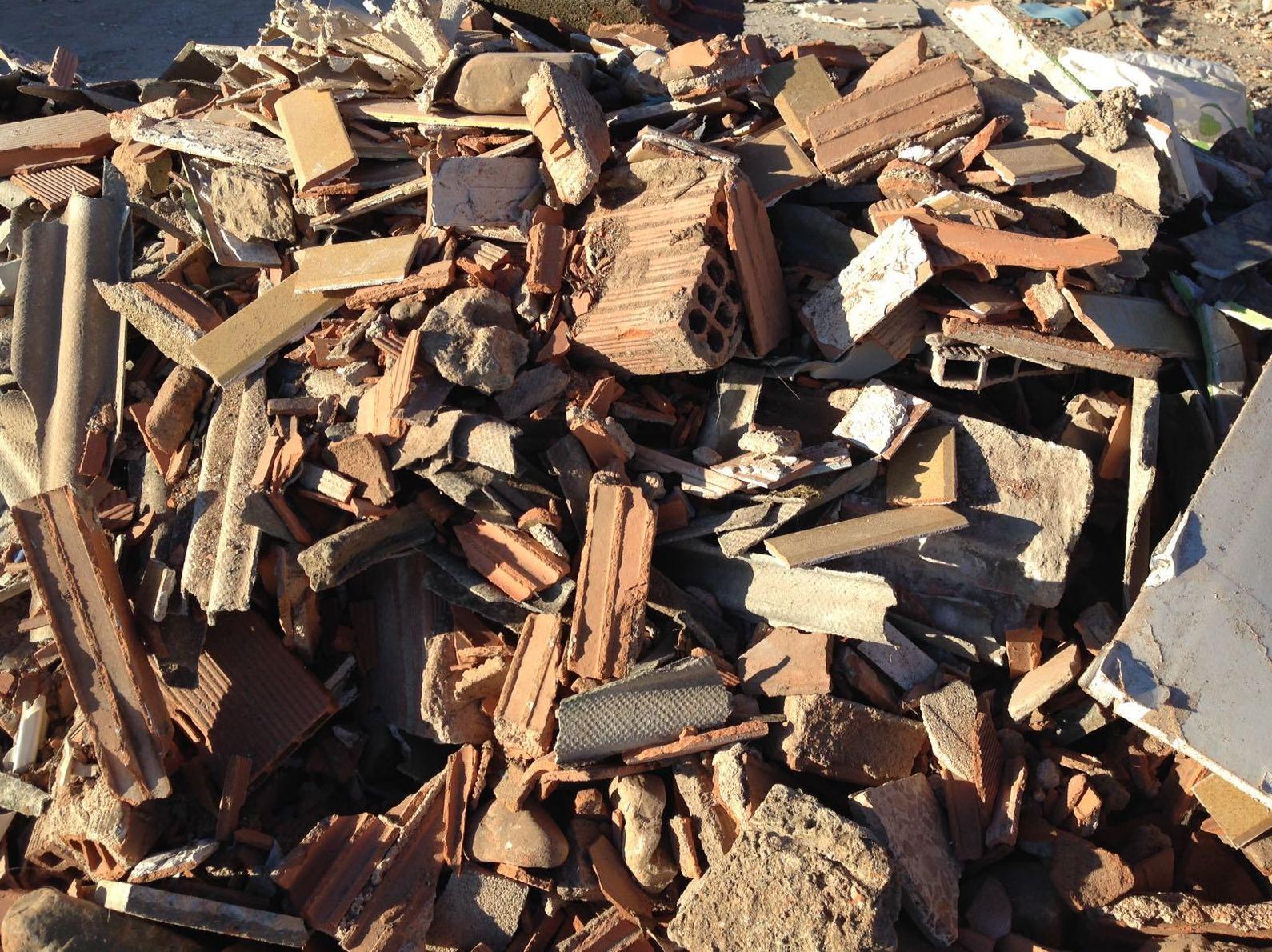 Restos de amianto encontrados entre escombros en Salamanca