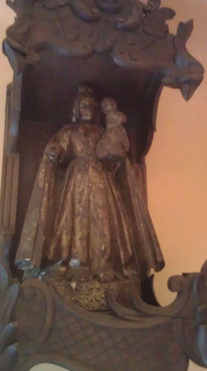 Escultura de Virgen con niño
