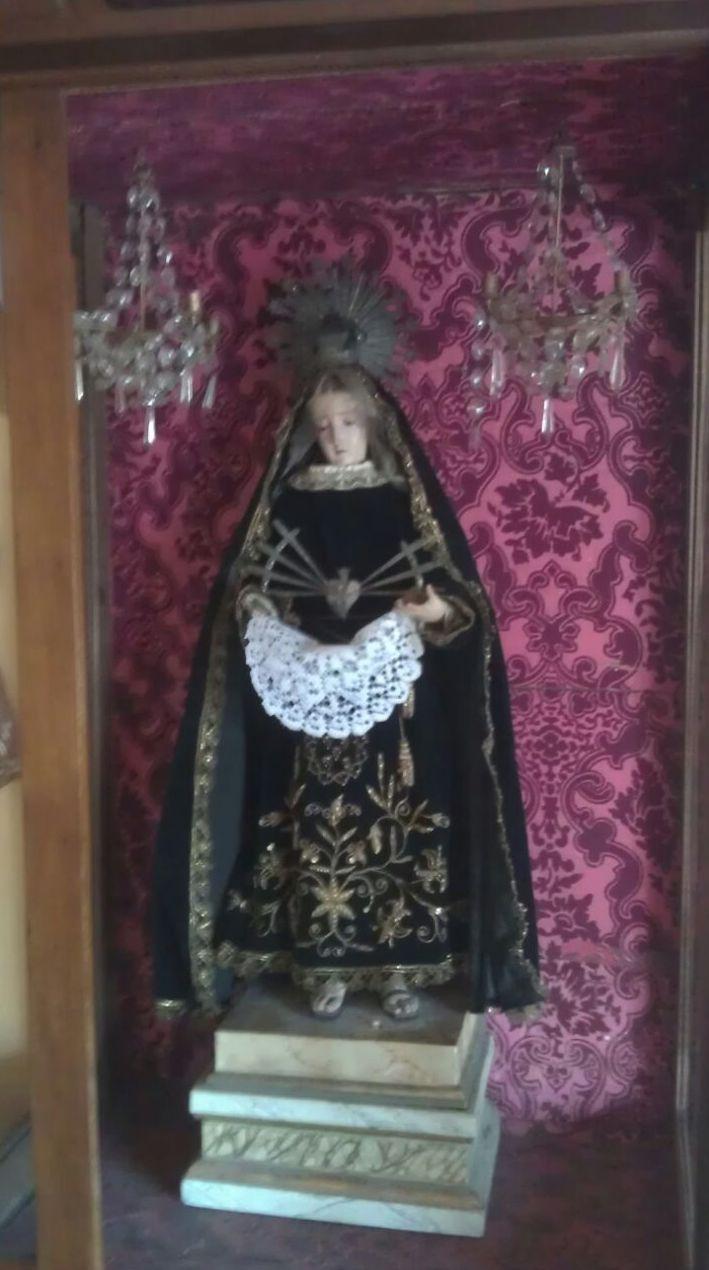 Virgen pequeña sobre pedestal