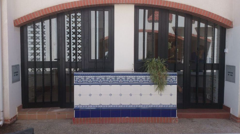 Puerta de exterior en aluminio forma curva Zaragoza