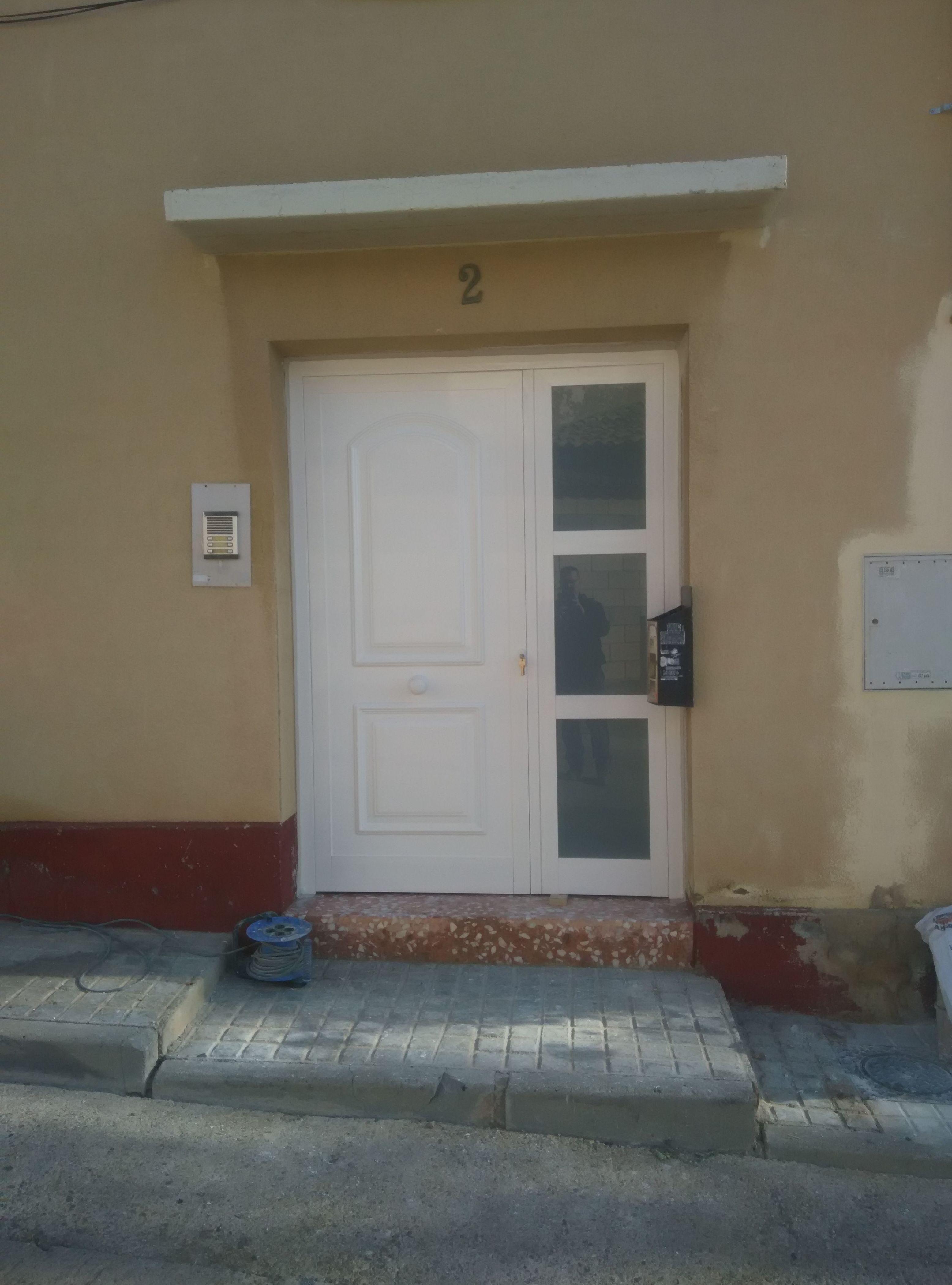 Puerta de entrada aluminio blanco Zaragoza