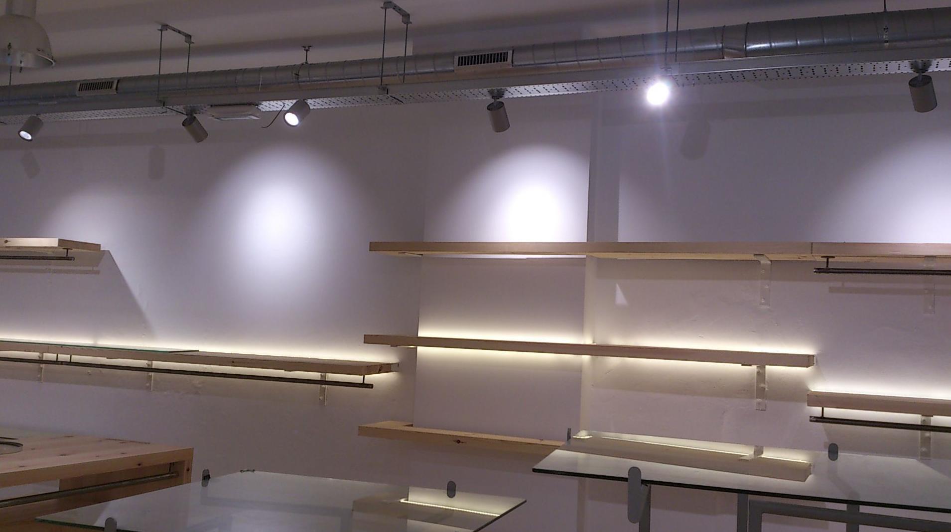 Instalaciones con alumbrado LED y decoración de mobiliario.