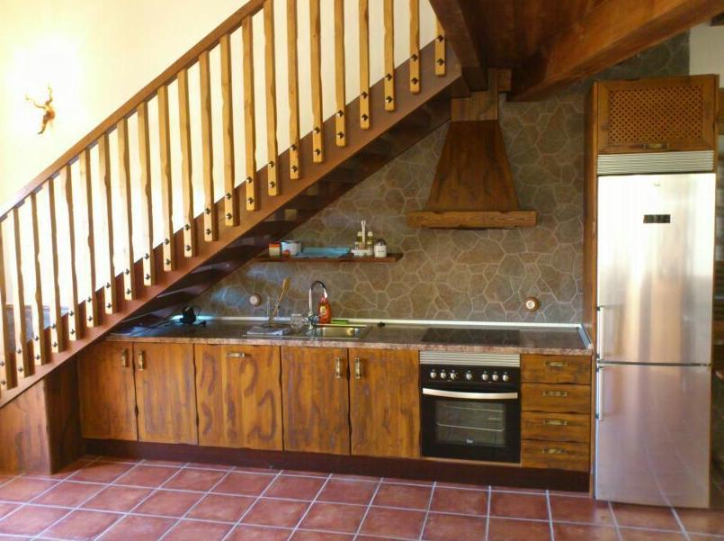 Cocina rústica con altillo de madera