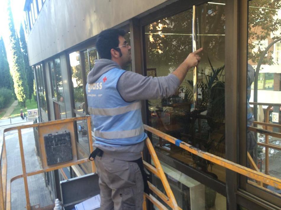 Preparación de la superficie para el tratamiento solar y de privacidad