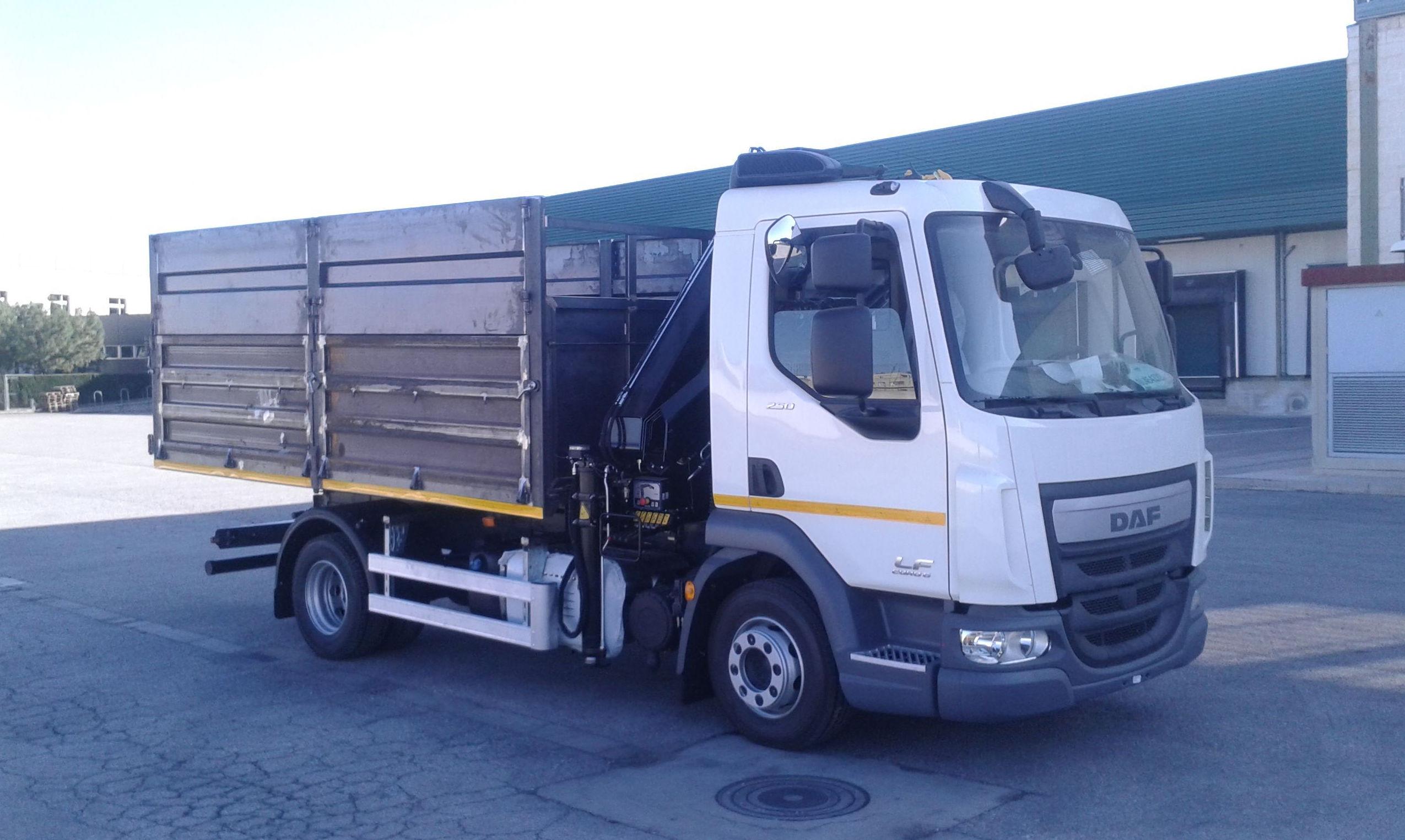 Camión grúa para transporte de contenedores