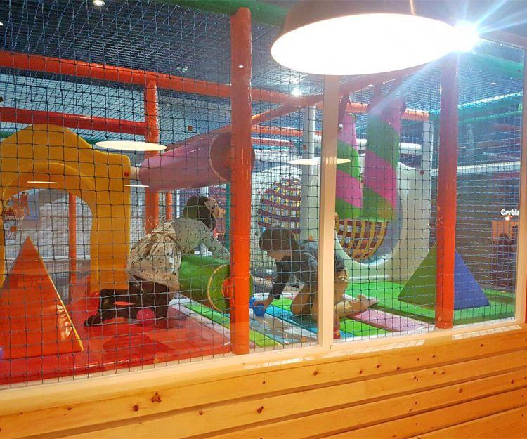 Amplio parque de bolas para los niños