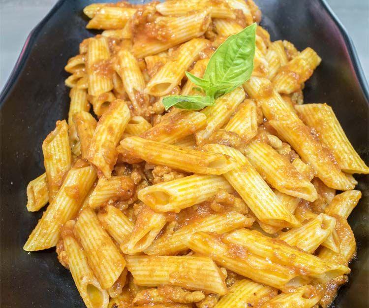 Deliciosos platos de pasta con ingredientes frescos