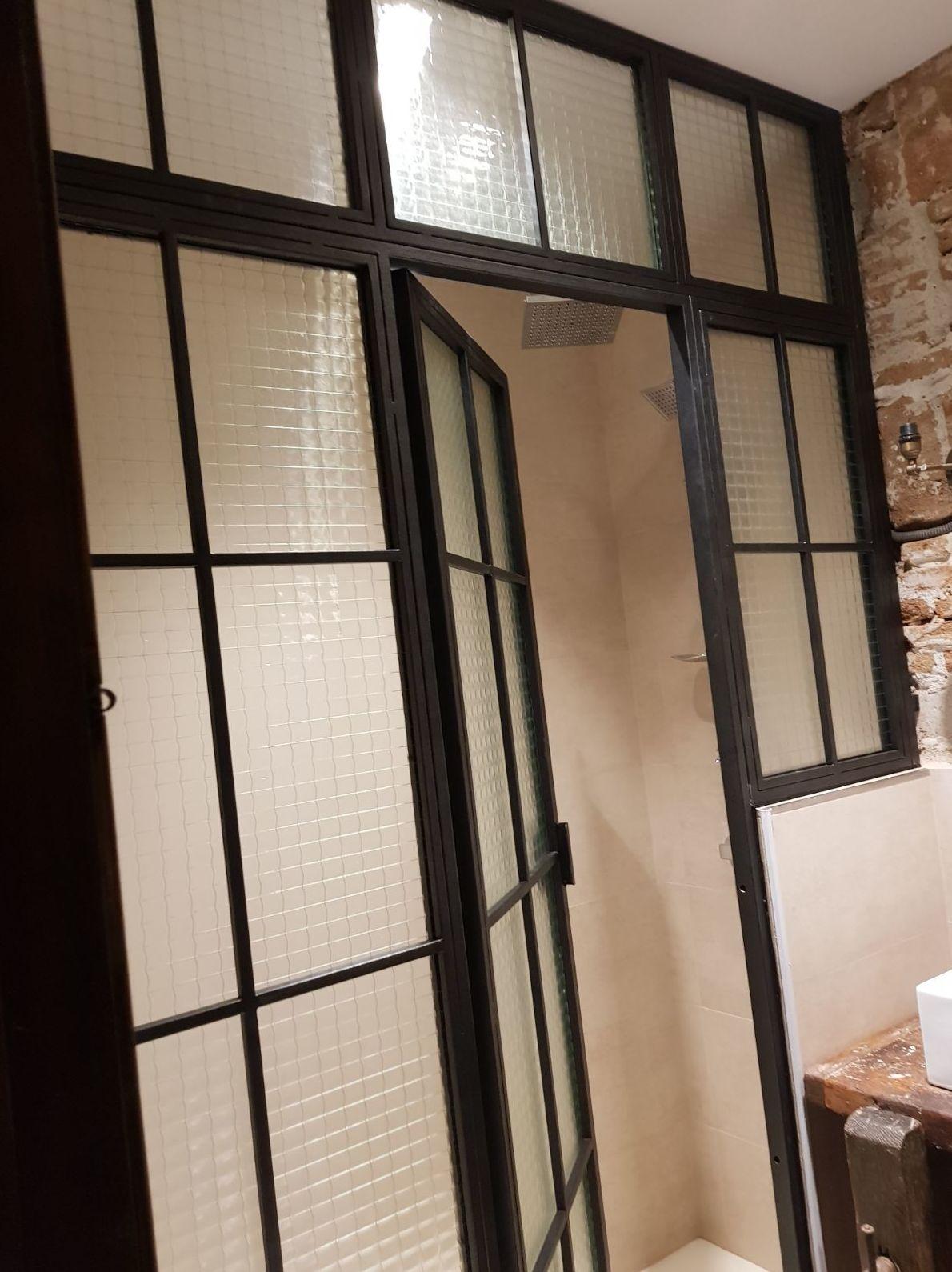 puerta de hierro y cristal antiguo estilo industrial para baño