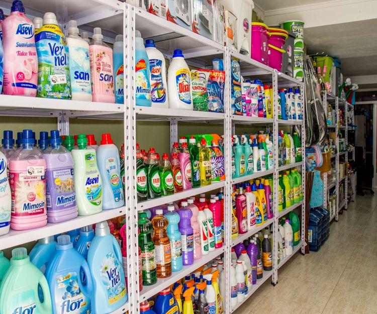 Droguería con productos de limpieza del hogar