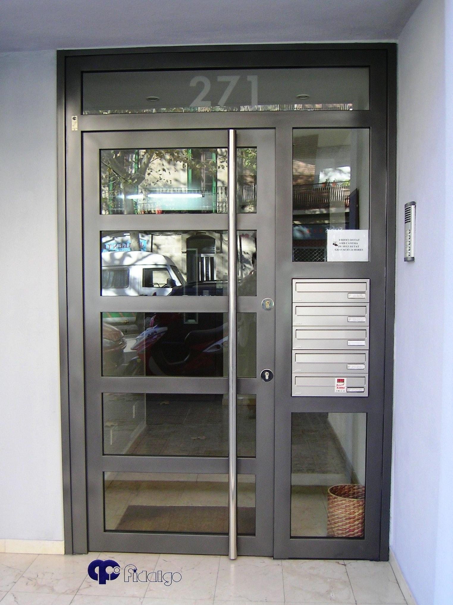 Puertas de comunidades. Puertas metálicas. Puertas en acero inoxidable.
