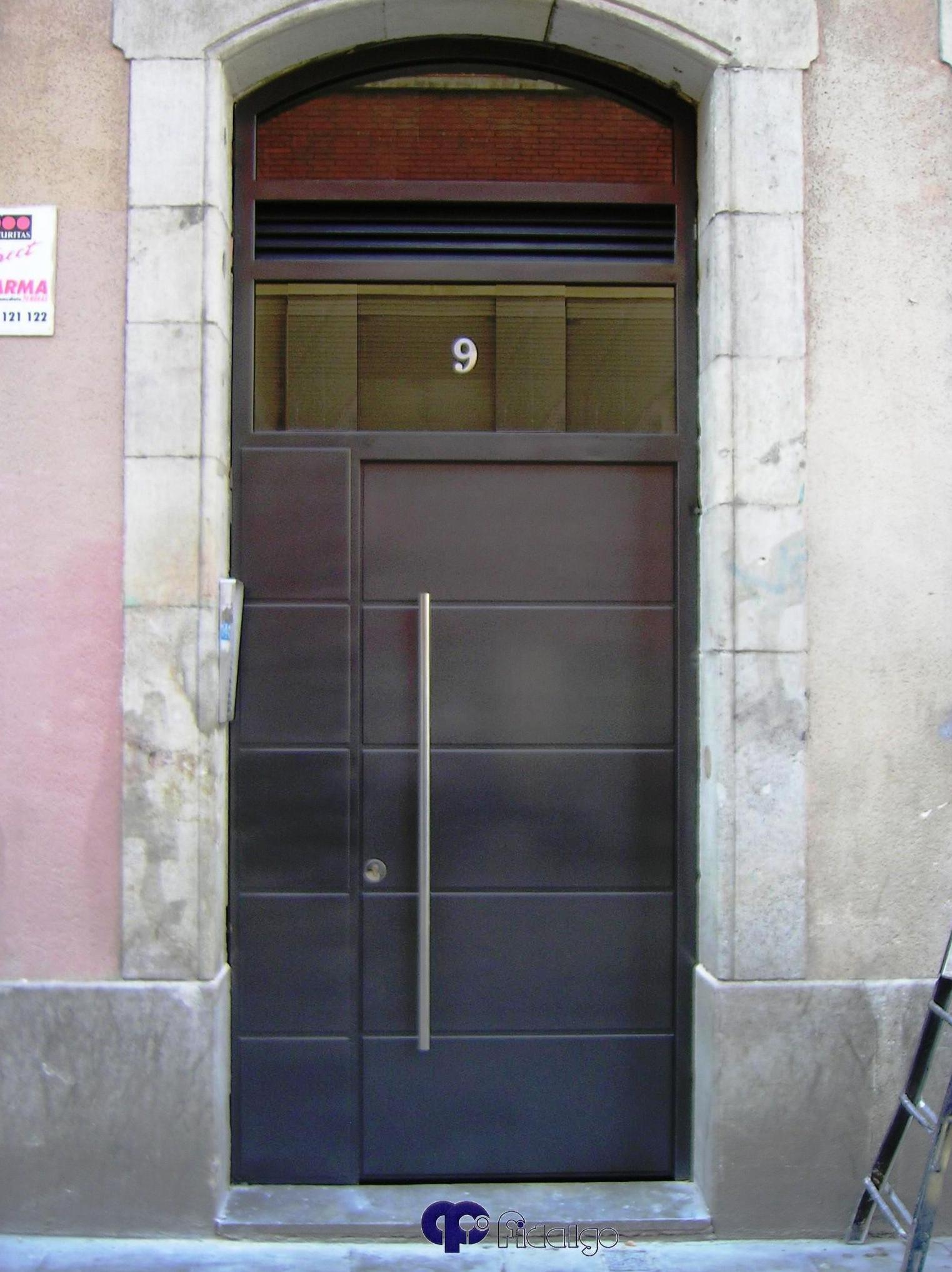 Puertas de comunidades. Puertas metálicas. Puertas en acero inoxidable