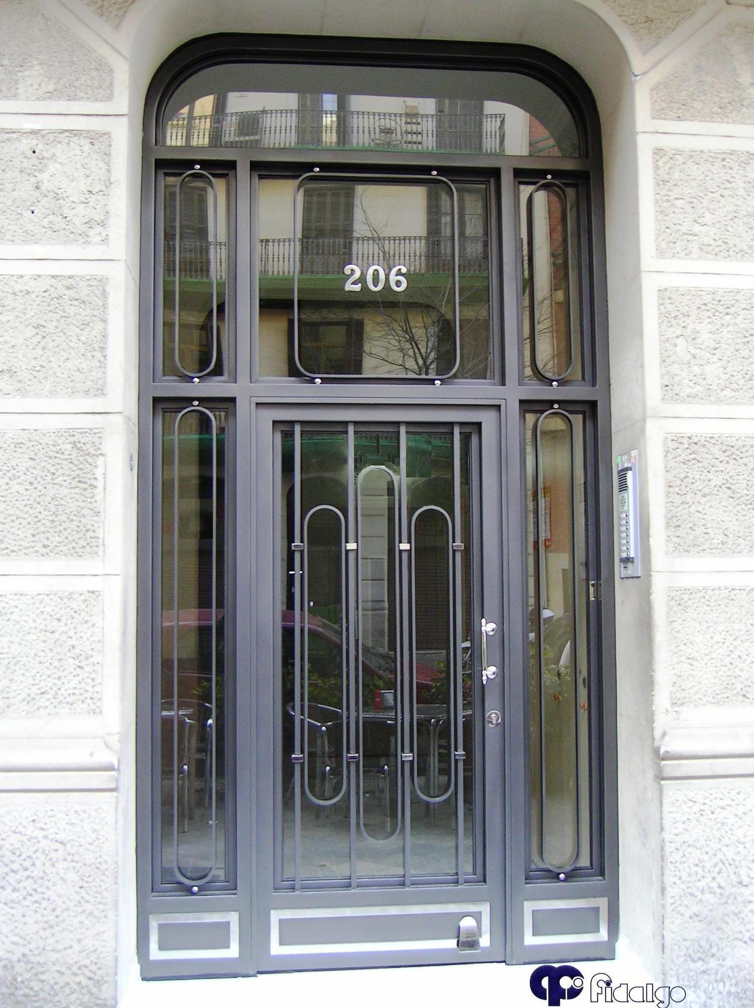 Instalación y mantenimiento de puertas de entrada. Puertas de comunidades.