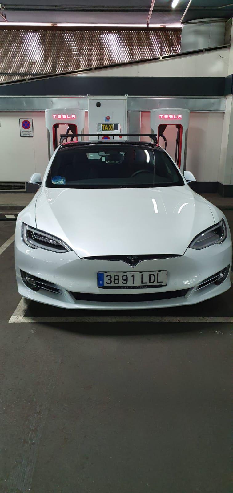 Calidad y lujo en tu taxi Las Matas: Llama y reserva tu servicio de taxi disfrutando de un servicio de calidad y lujo con un taxi Tesla