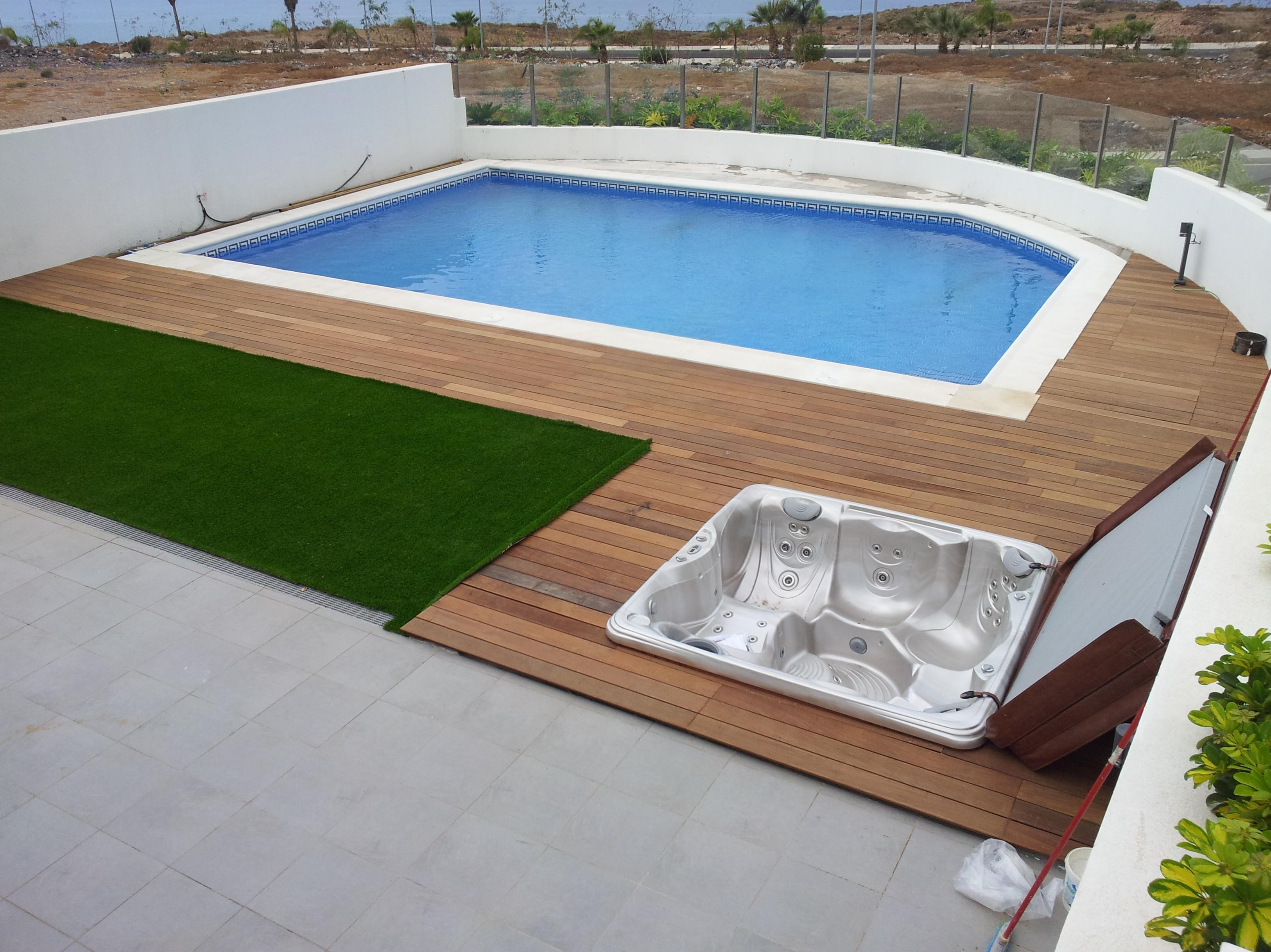 PISCINA, JACUZZY, MADERA IPE Y CÉSPED ARTIFICIAL