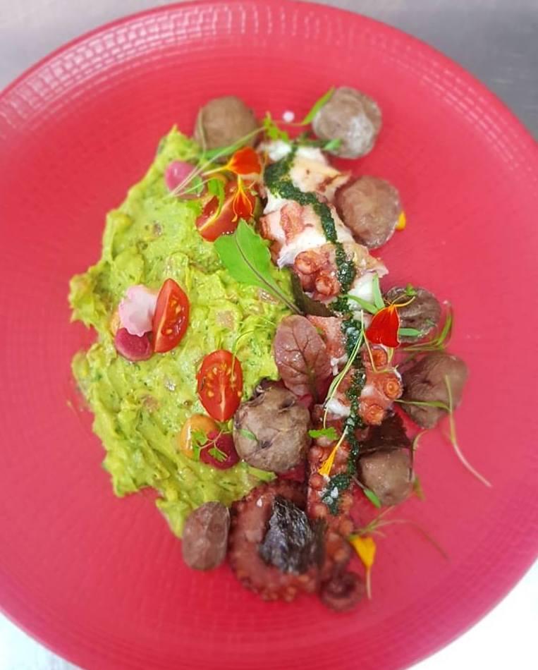 Pulpo con guacamole, chopotle y mojo de cilantro