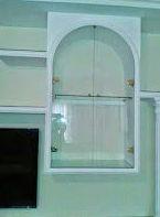 Puertas de cristal con bisagras y pomo.