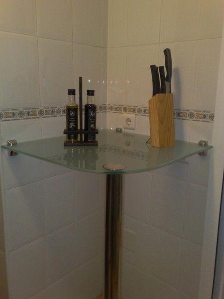 Mesa de cristal con pata y soportes de acero