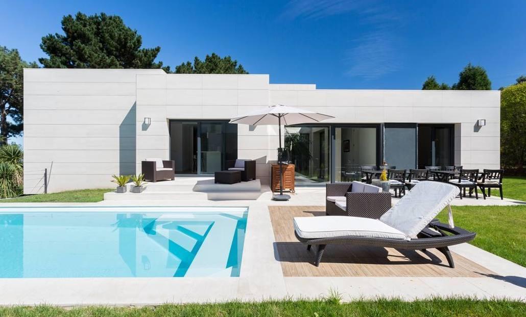 Fachada ventilada y solado zona piscina en Caliza Crema Moka (OLEIROS)