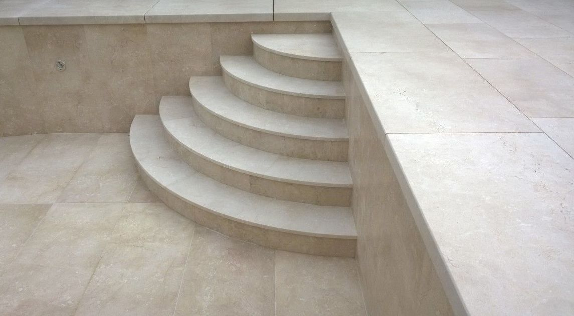 Suelo ventilado, escaleras y aplacado interior piscina en Caliza Crema Moka (MONTROVE)