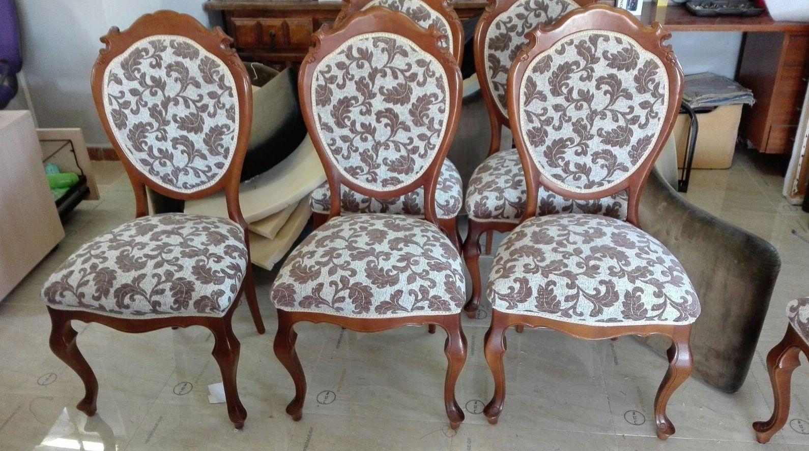 Tapizar sillas clásicas a juego con sofá y sillones