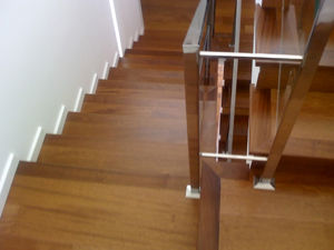 Forrado de escaleras con madera maciza