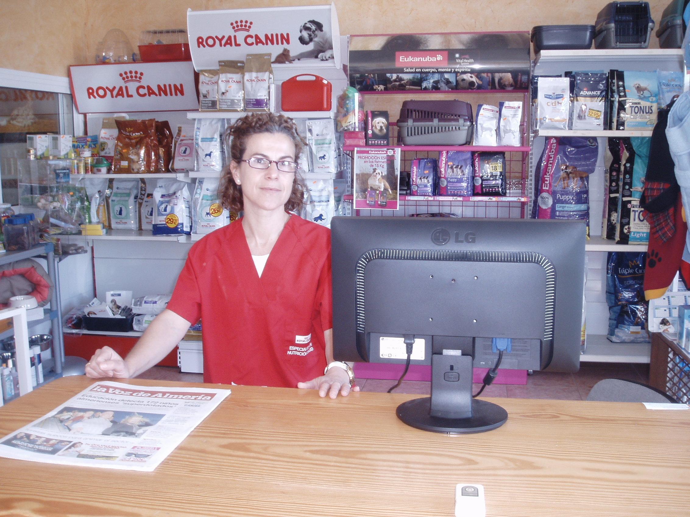 Maria, atención al cliente, recepción y gestión de alimentación y accesorios