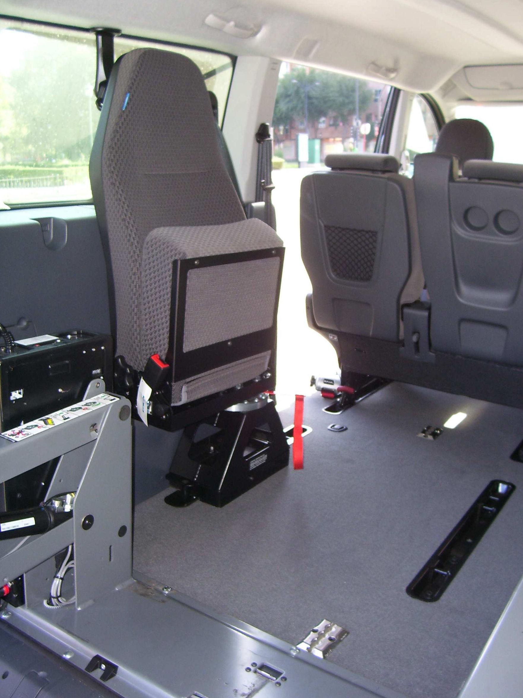 Instalación de butaca plegable para el embarque en el vehículo