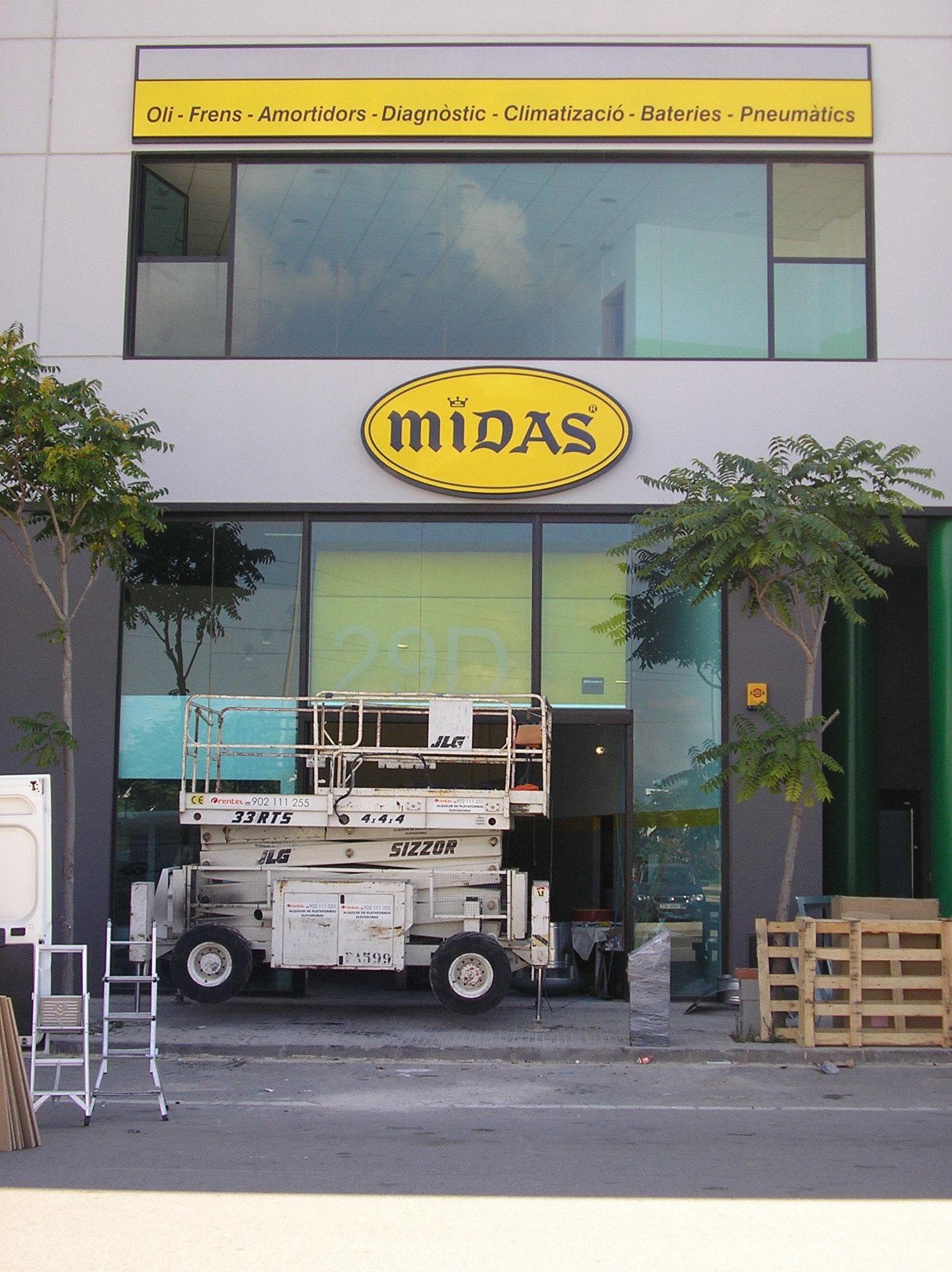 Instalación de puertas y ventanas de aluminio para empresa Midas