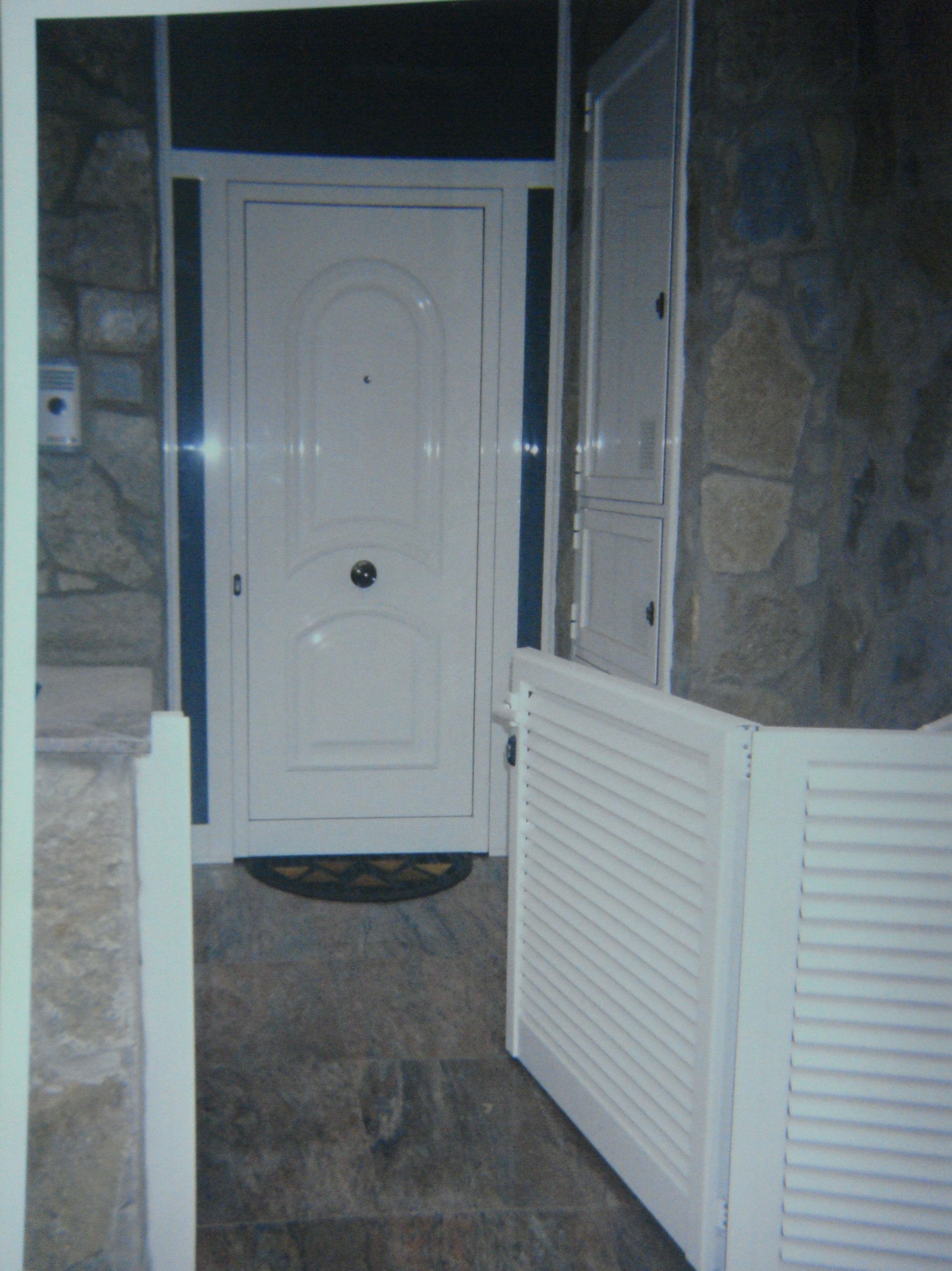 Instalación de puertas de aluminio en diferentes espacios de la vivienda