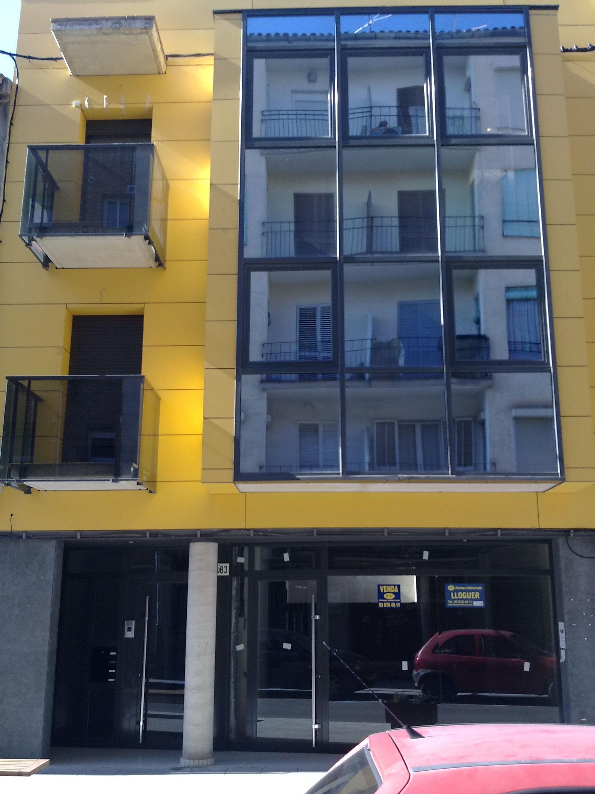 Instalación de ventanas de aluminio en exterior de edificio