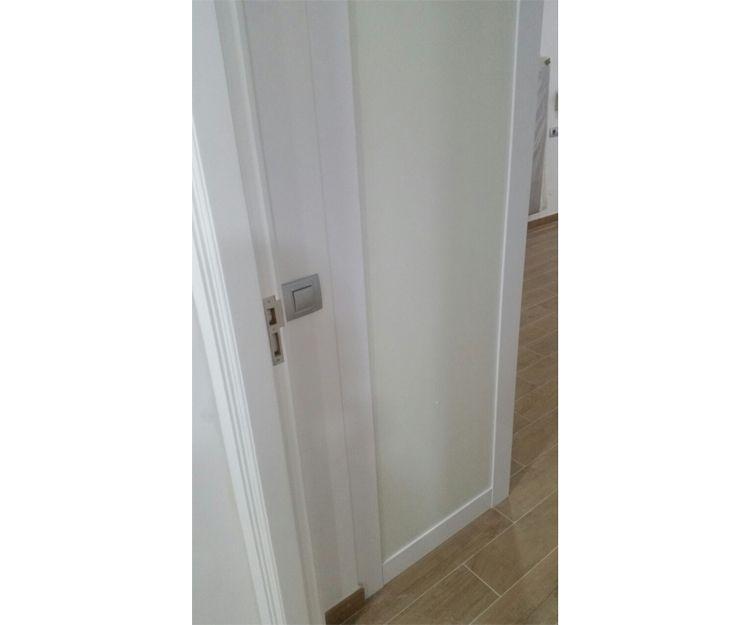 Puerta lacada de madera