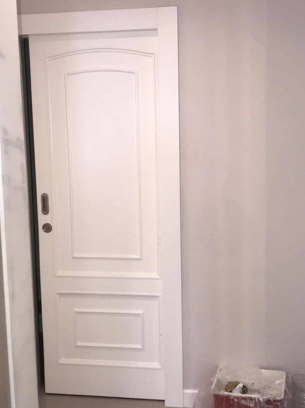 Puerta corredera con guía oculta