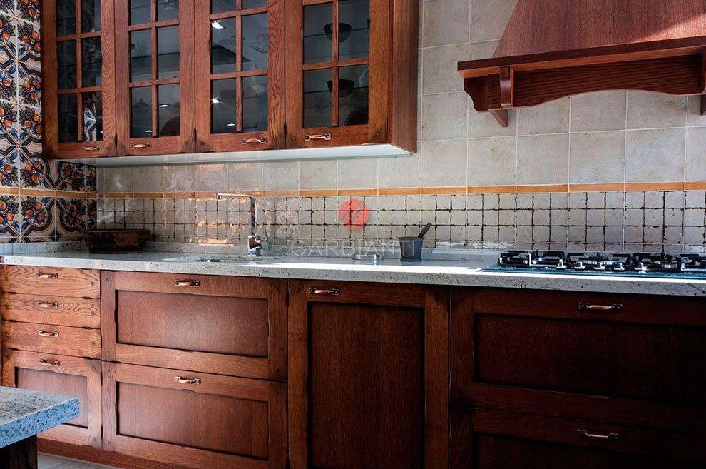 Cocina Rústica de madera con encimera de granito