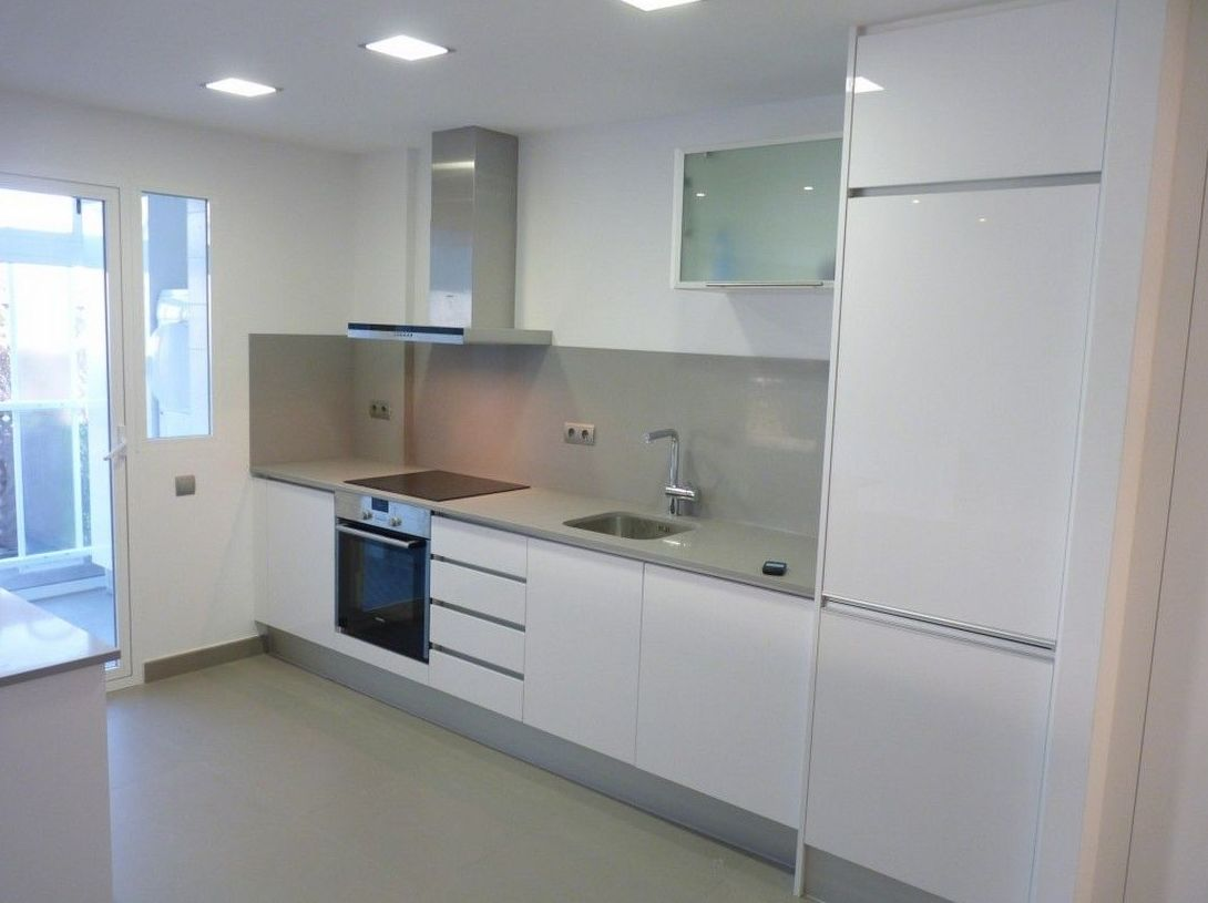Cocina lacada con perfil integrado de aluminio Luxe Cocinas en Leganés