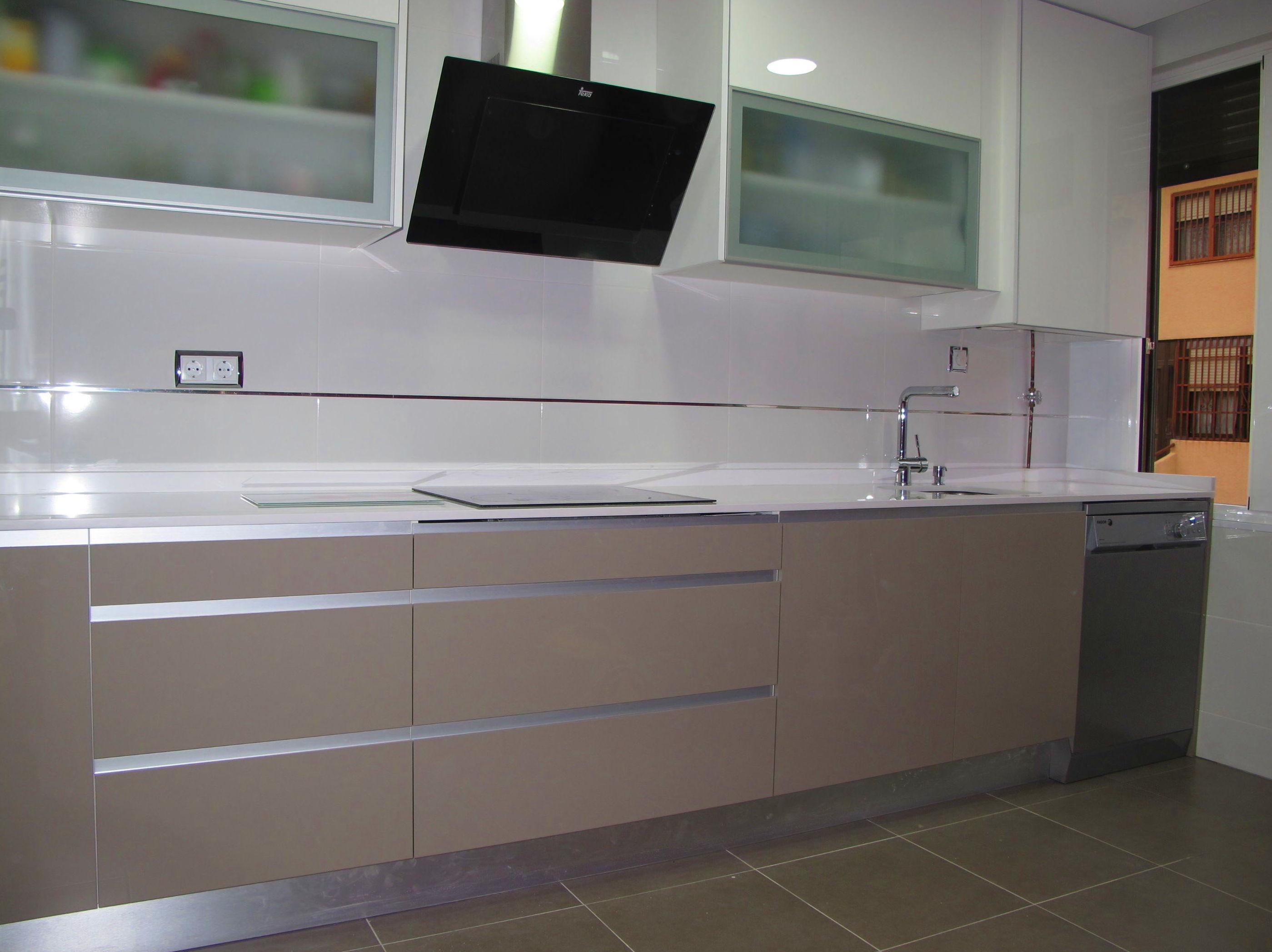 cocina con perfil aluminio en dos tonos