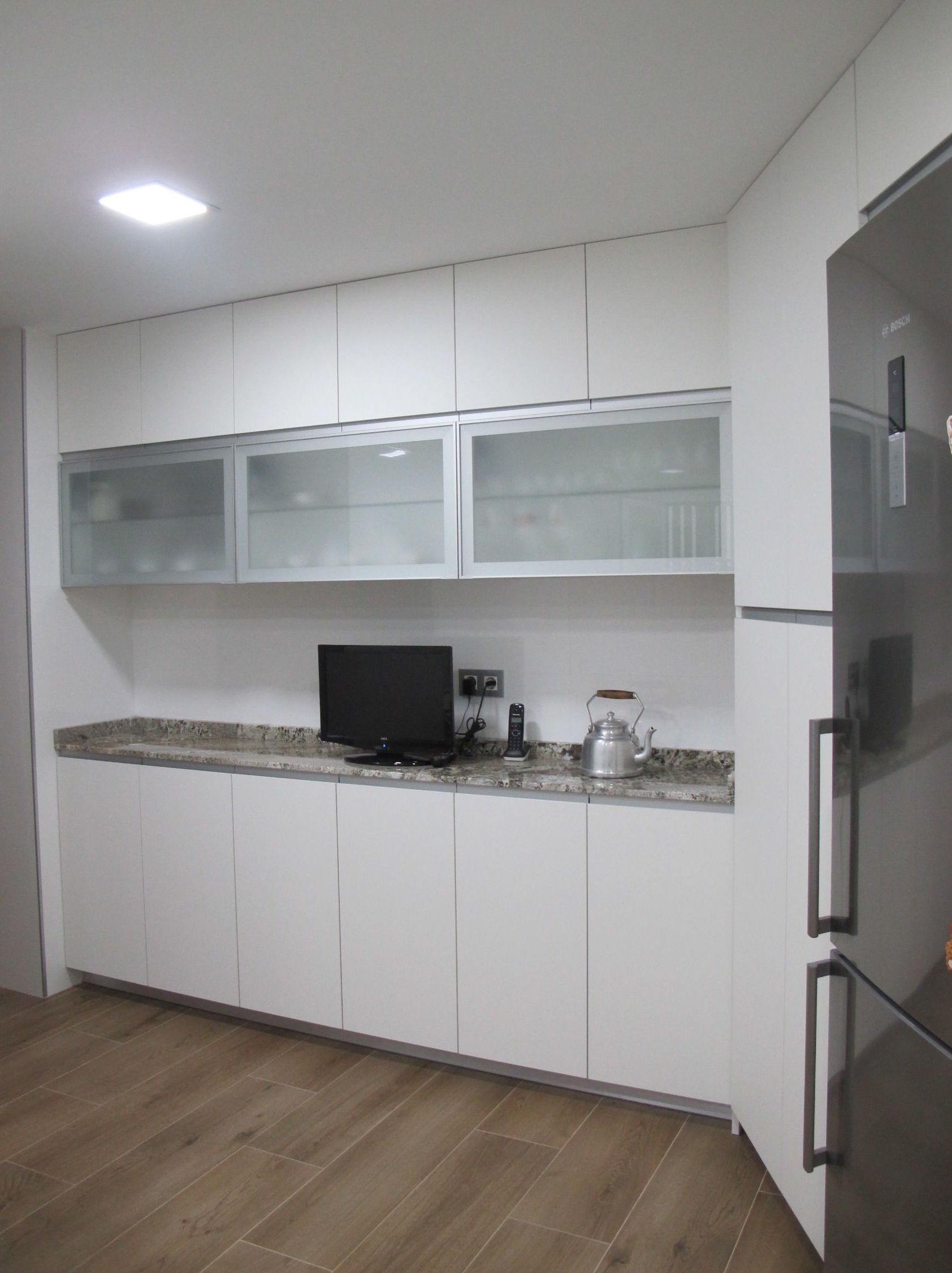 cocina con perfil de aluminio integrado, encimera granito de Naturamia y vitrinas aluminio