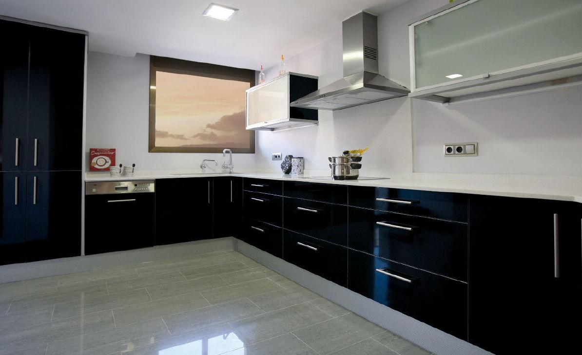 Cocina Laminada en negro brillo con tirador tipo asa y encimera de Silestone blanca