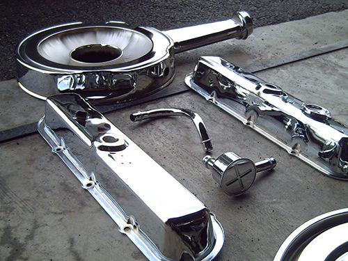 Cromado de las tapas del balancín y el filtro del aire de un Cadillac