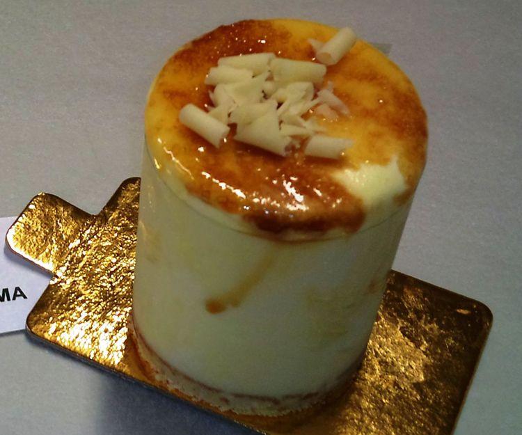 Ración de helado de crema tostada, con bizcocho de almendra y yema tostada