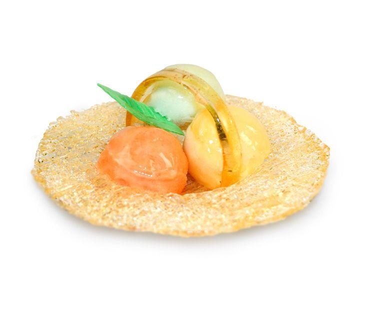 Pieza artesanal de caramelo rellena de tres bolas de helado o sorbete