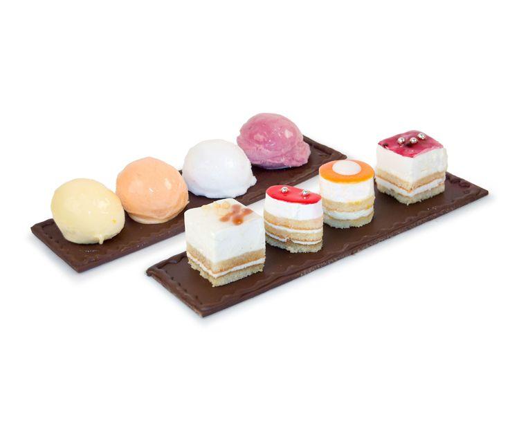 Plataforma de chocolate con bocaditos de pastelería o de helado