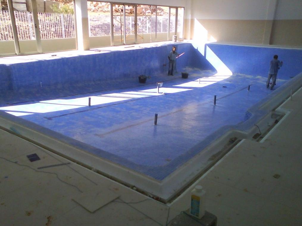 Proceso de construcción. Rejuntando piscina y eliminando retos de material para finalización de obra