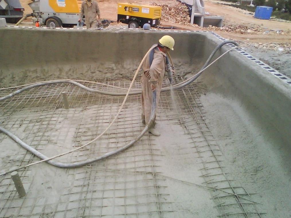 Proceso de construcción. Gutinado de pisicna con vía húmeda