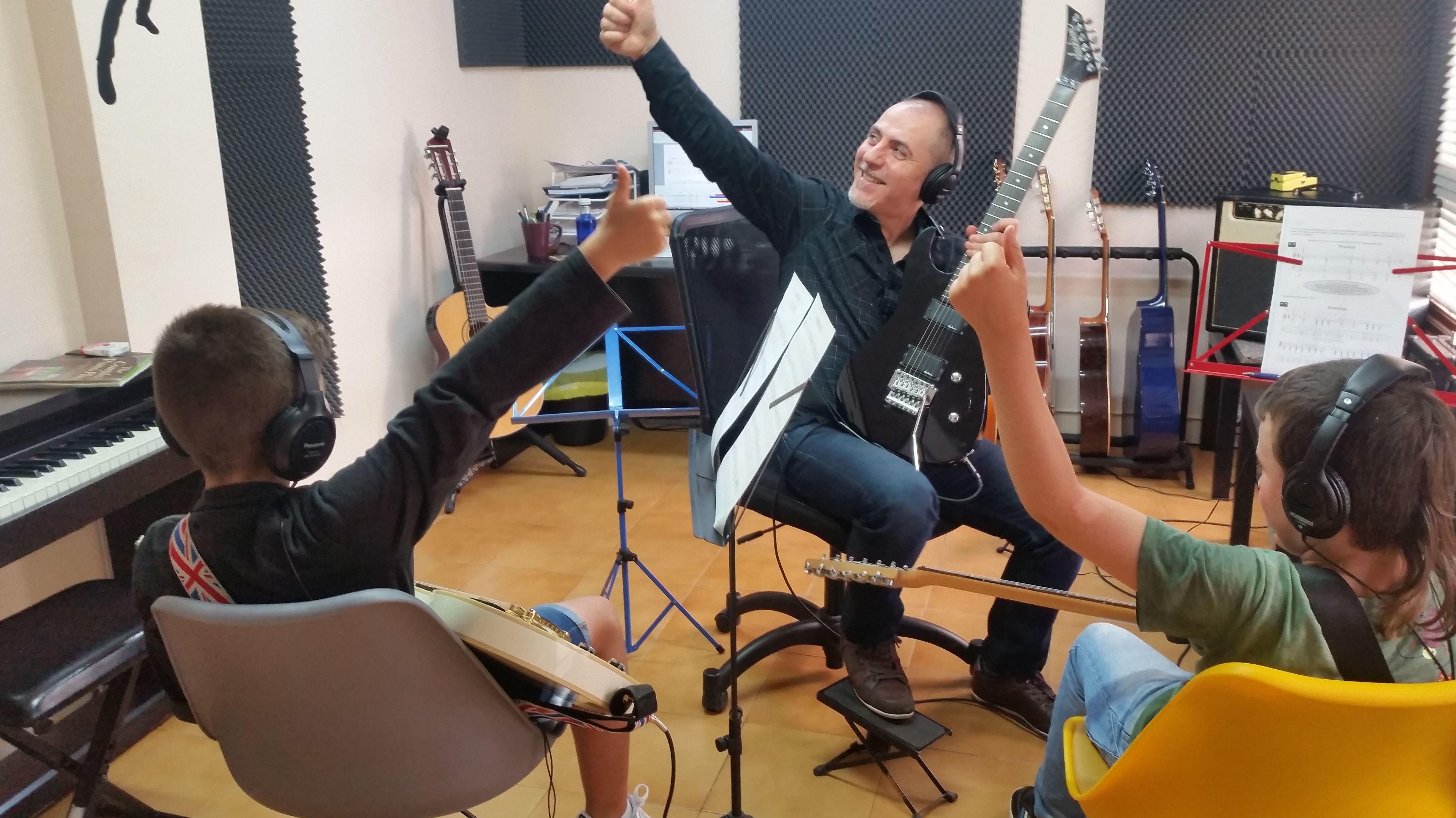 Foto 1 de Escuelas de música, danza e interpretación en Mungia | Academia de Guitarra y Piano Roland