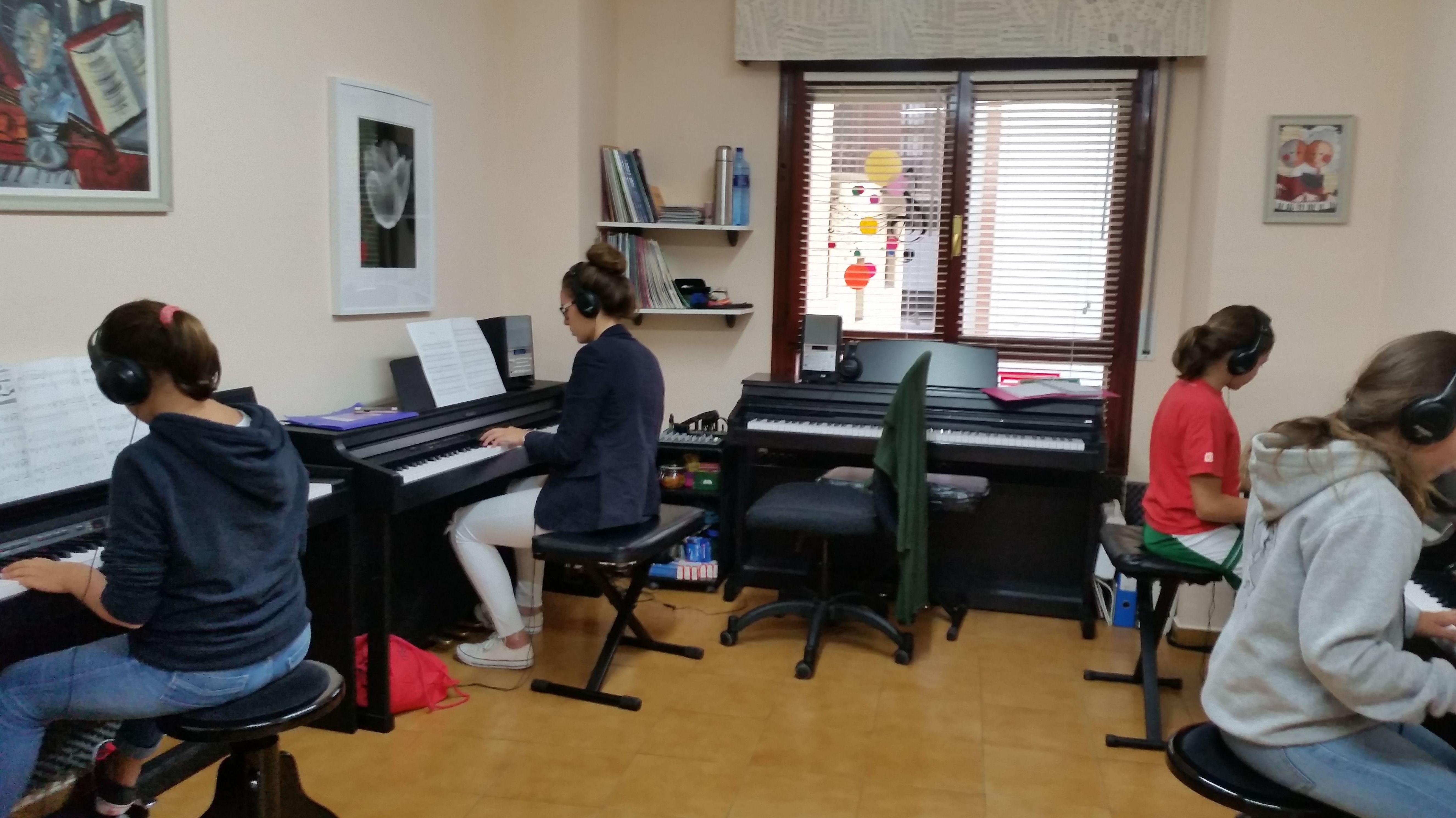 Foto 3 de Escuelas de música, danza e interpretación en Mungia | Academia de Guitarra y Piano Roland