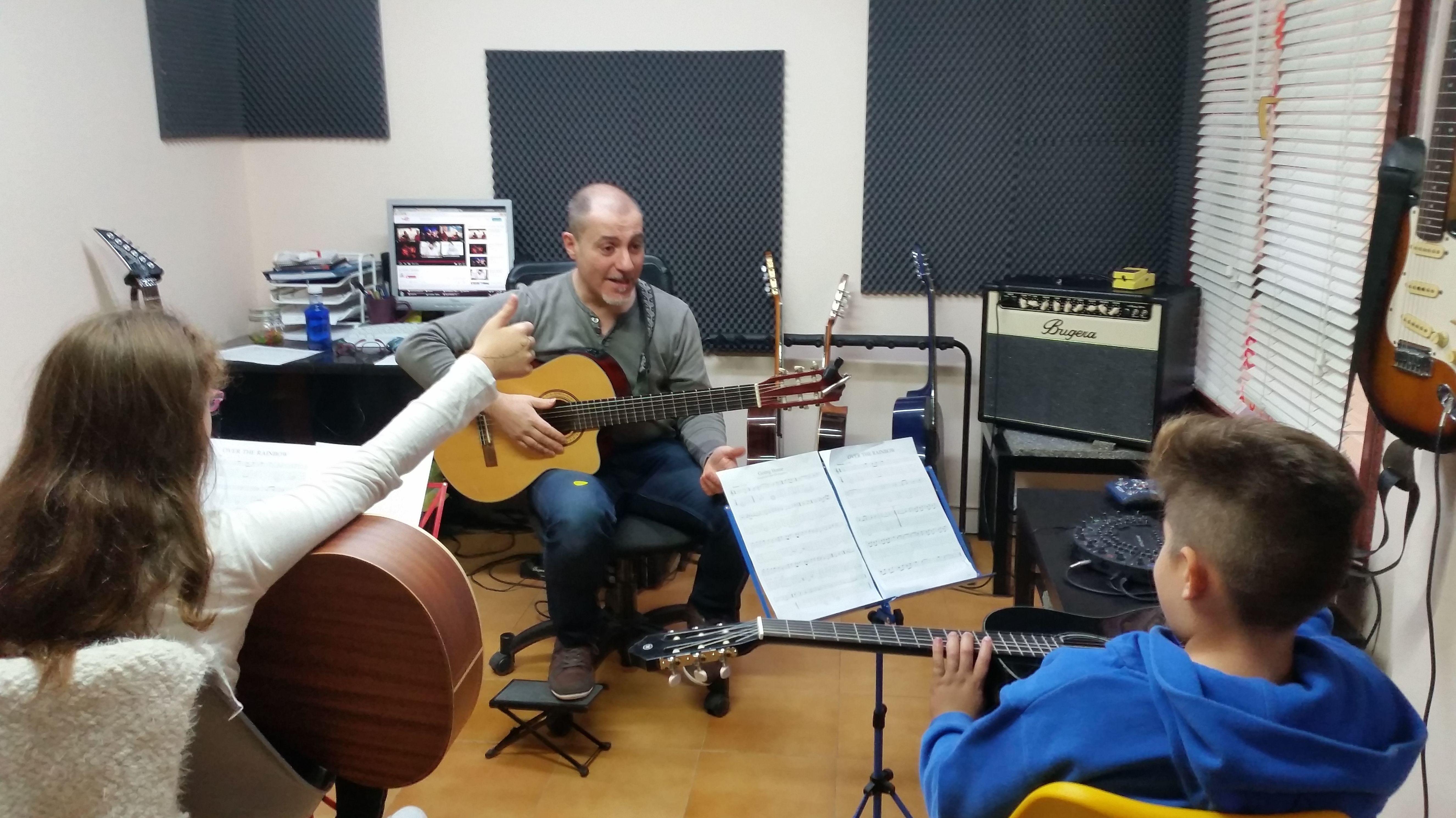 Foto 2 de Escuelas de música, danza e interpretación en Mungia | Academia de Guitarra y Piano Roland