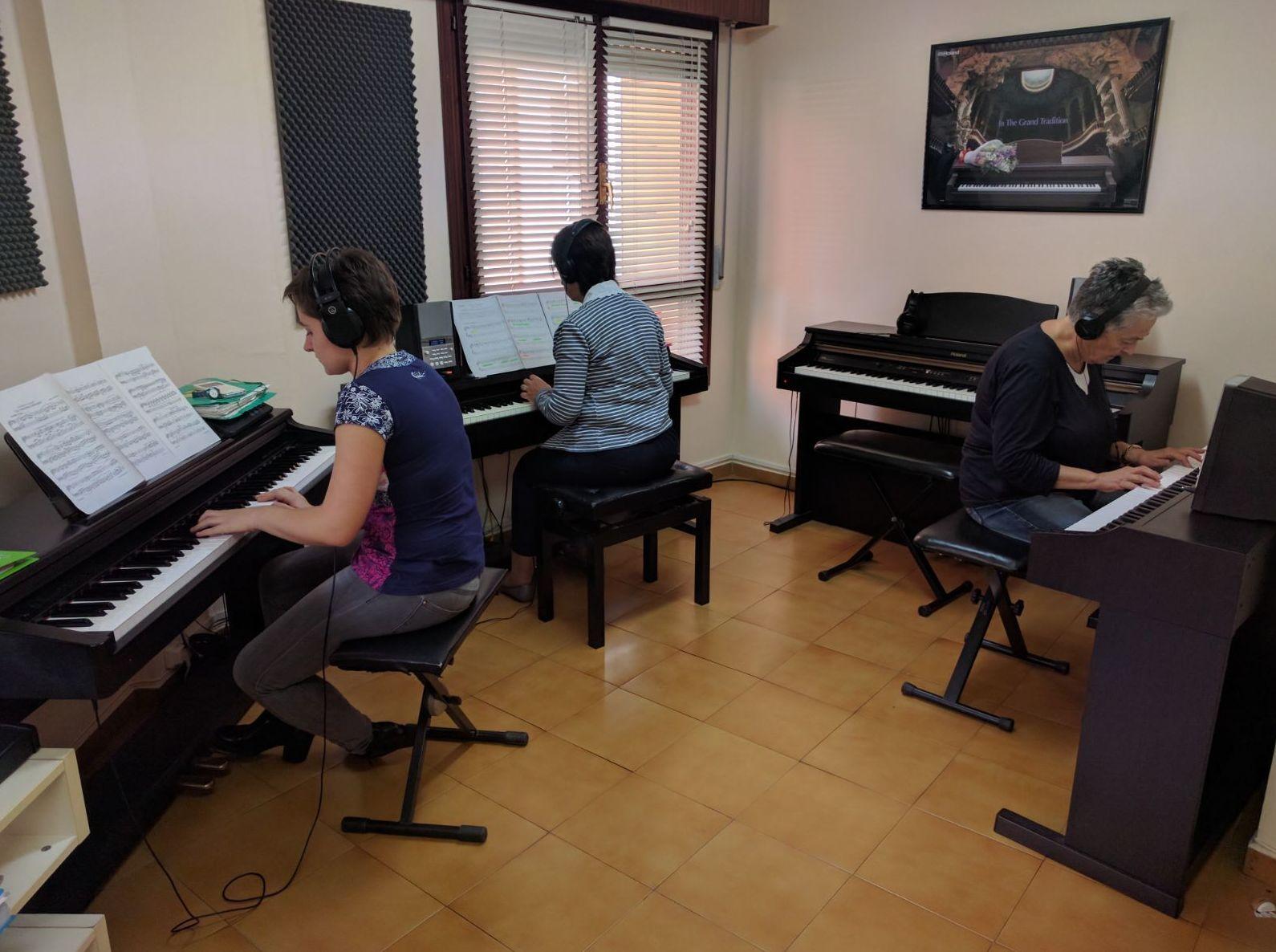 Foto 4 de Escuelas de música, danza e interpretación en Mungia | Academia de Guitarra y Piano Roland